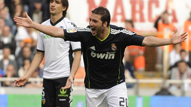 El Madrid gano el partido contra el valencia con la banca y un esplendido Higuain