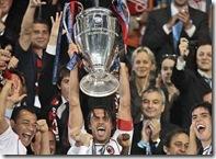 futbolife paolo maldini levantando la champions